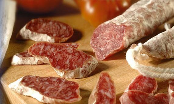 Испанская колбаска сыровяленая с ароматными специями в ассортименте