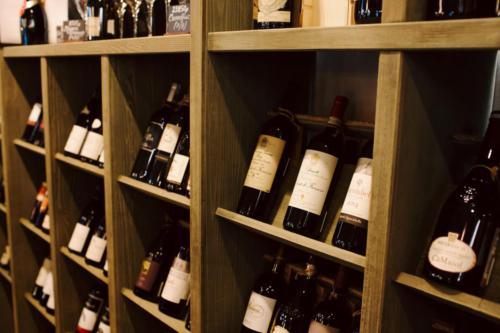 вина в интерьере винотеки