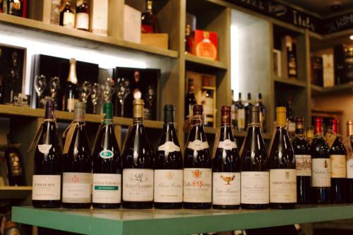 большой ассортимент алкогольных напитков винотеки
